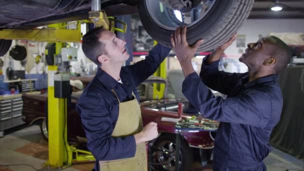 mechanika pracuje pod auto
