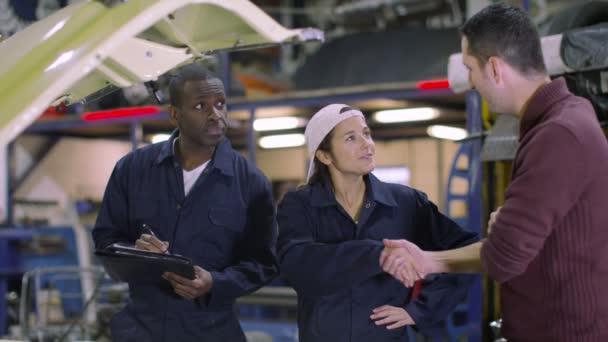 Mechanika mluví o vozu k zákazníkovi