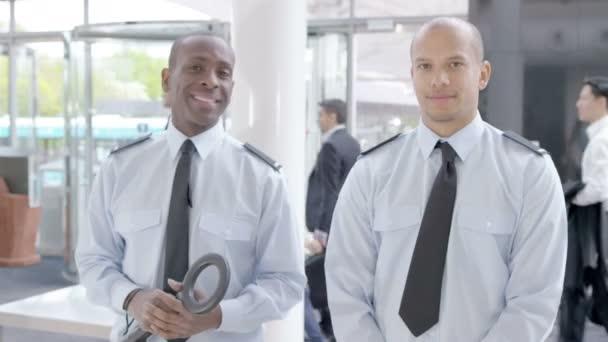 usmíval se letiště bezpečnostní stráže ve službě