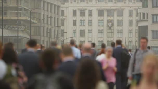 zaměstnanci a turisté procházeli Londýn