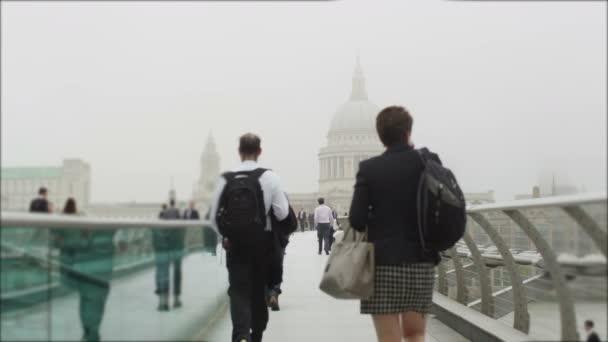 turisté, chůzi přes Londýn