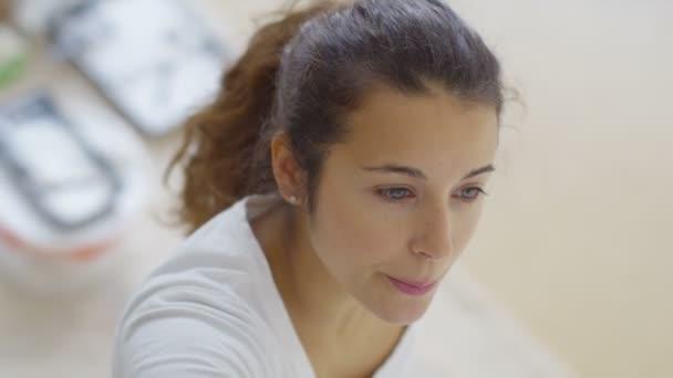 Yeni Ev Duvar Boyama Kadın Stok Video Hotelfoxtrot 109646690