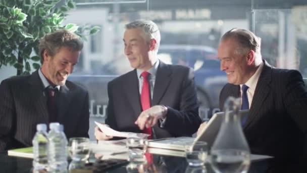 podnikatelé se smíchem v obchodním jednání