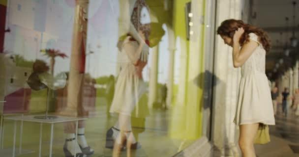 žena u okna nakupování v městě