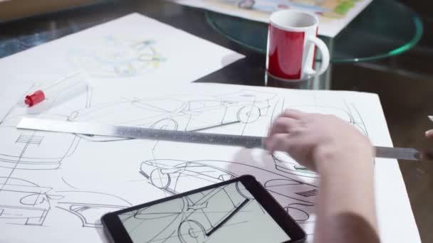 Ruce, které použití tabletu s automobilový konstrukční výkresy
