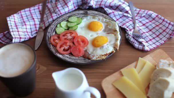 női kezek Tehertartó eszközök. Reggeli rántotta zöldségekkel és kávé
