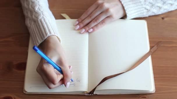 Lány ír egy notebook, egy felülnézet