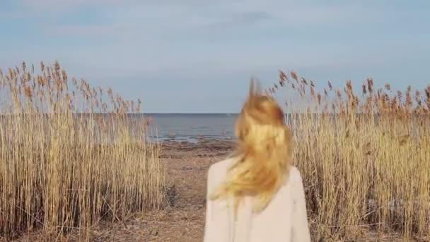 dívka pracuje v oblasti vysoké trávy na pláž