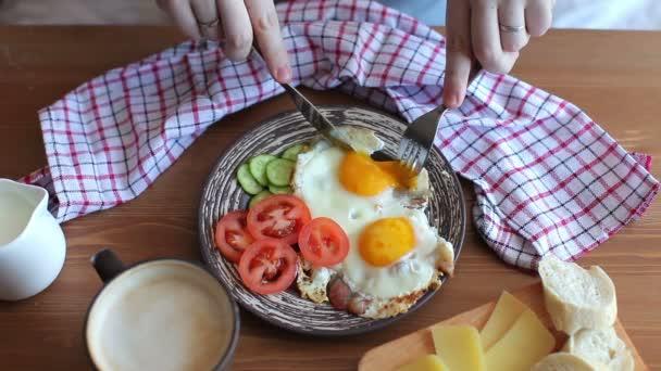 muž po snídani s vejci a zeleninou a káva