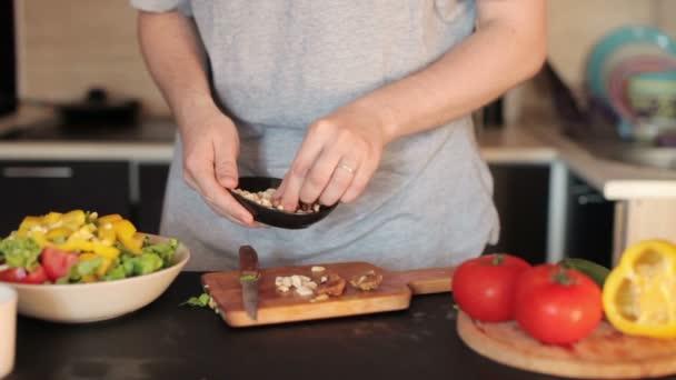 Člověk se chystá vegetariánský zeleninový salát doma