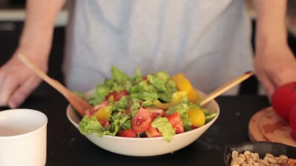 Muž, který držel talíř zeleninový salát