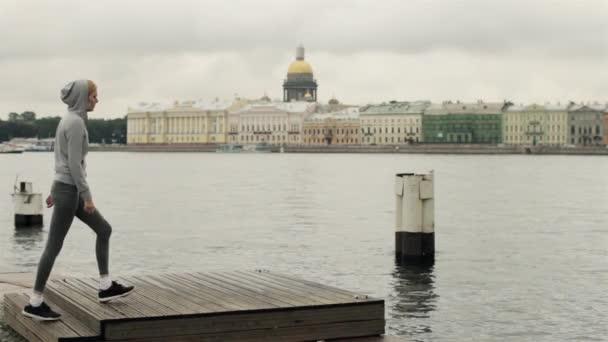 Dívka hraje sport na nábřeží města Petrohrad