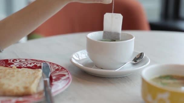 Oběd v kavárně. Čaj, palačinky, koláčky