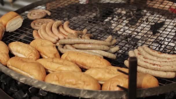 Kenyér és kolbász készül a grill