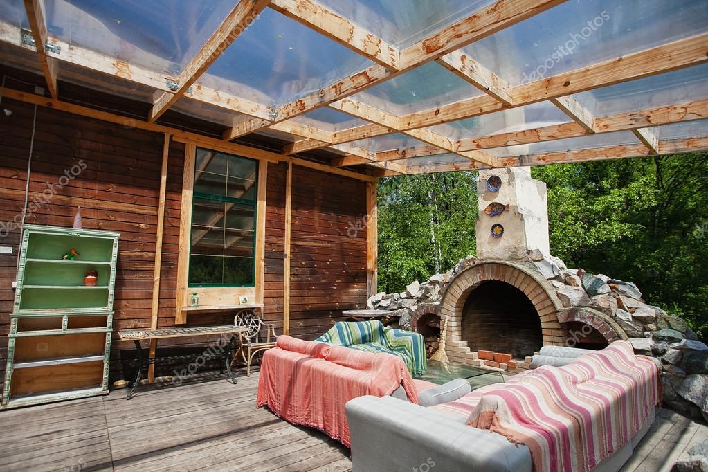 Veranda con divani e caminetto foto stock mignon 82821484 for Proiettato in veranda con camino