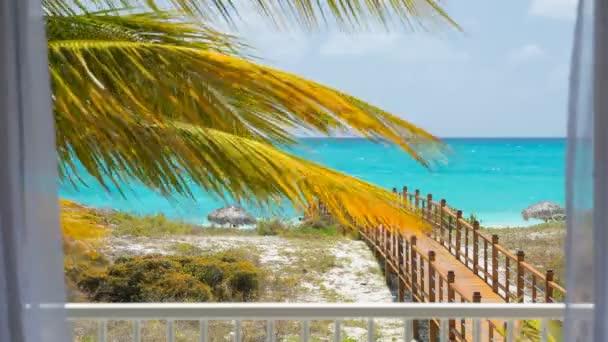 uitzicht op zee door witte gordijnen op het strand stockvideo