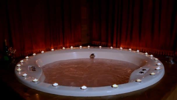 Vasca Da Bagno Romantica Con Candele : Grande vasca da bagno riempita con schiuma e fiori atmosfera