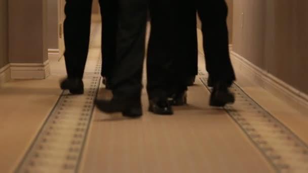 Füße der Mann in schwarz Schuhe
