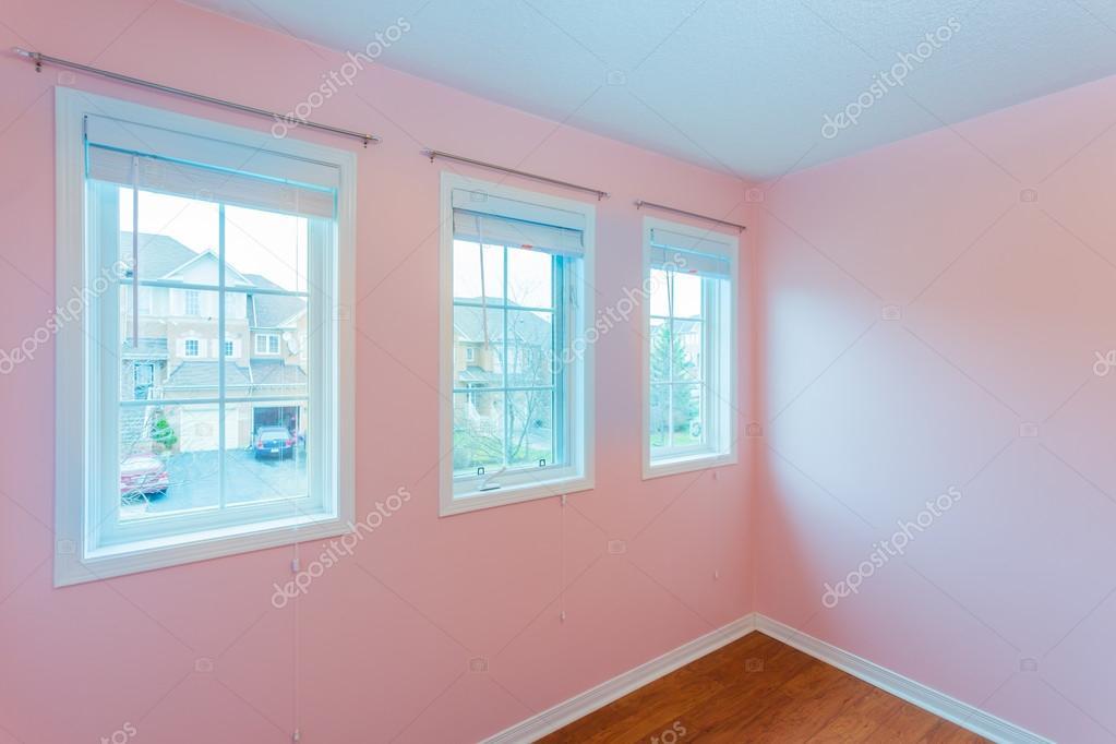 Kleur Corridor Appartement : Lege slaapkamer in roze kleur u stockfoto sergey