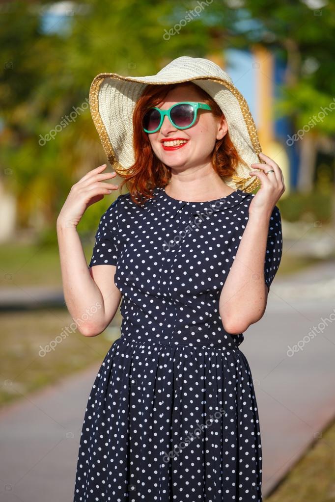 Mujer joven en vestido de lunares y sombrero de paja — Fotos de ...