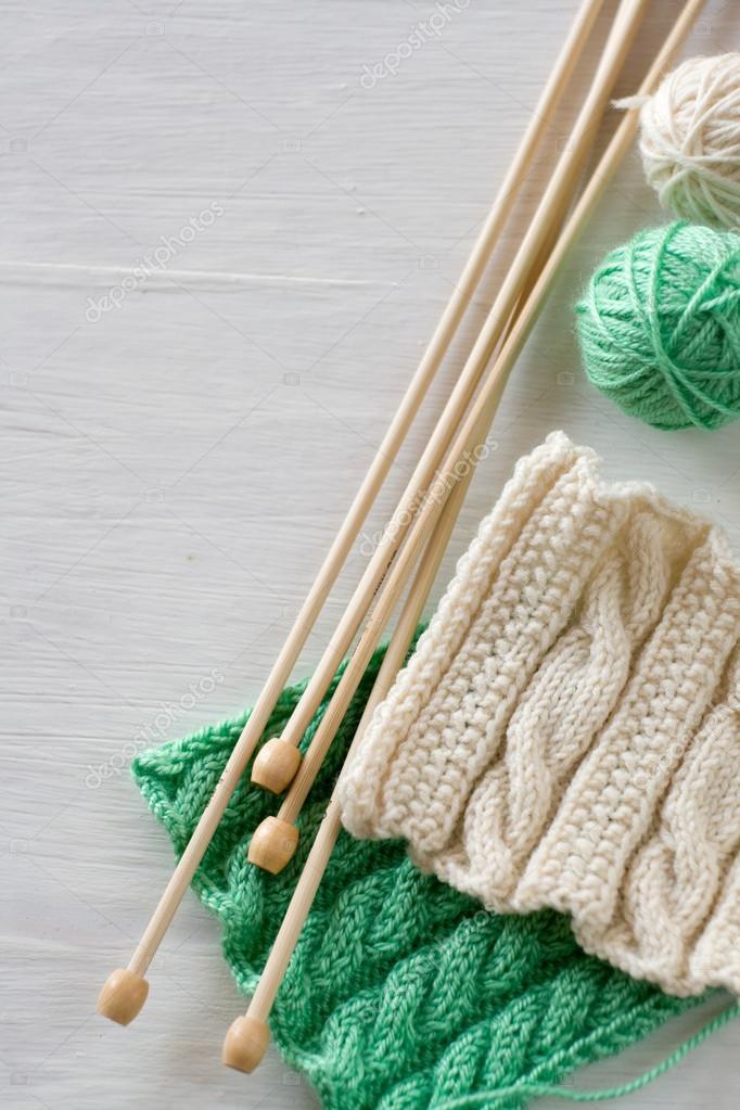 Dos patrones brillantes, bolas de hilo y agujas para tejer de madera ...