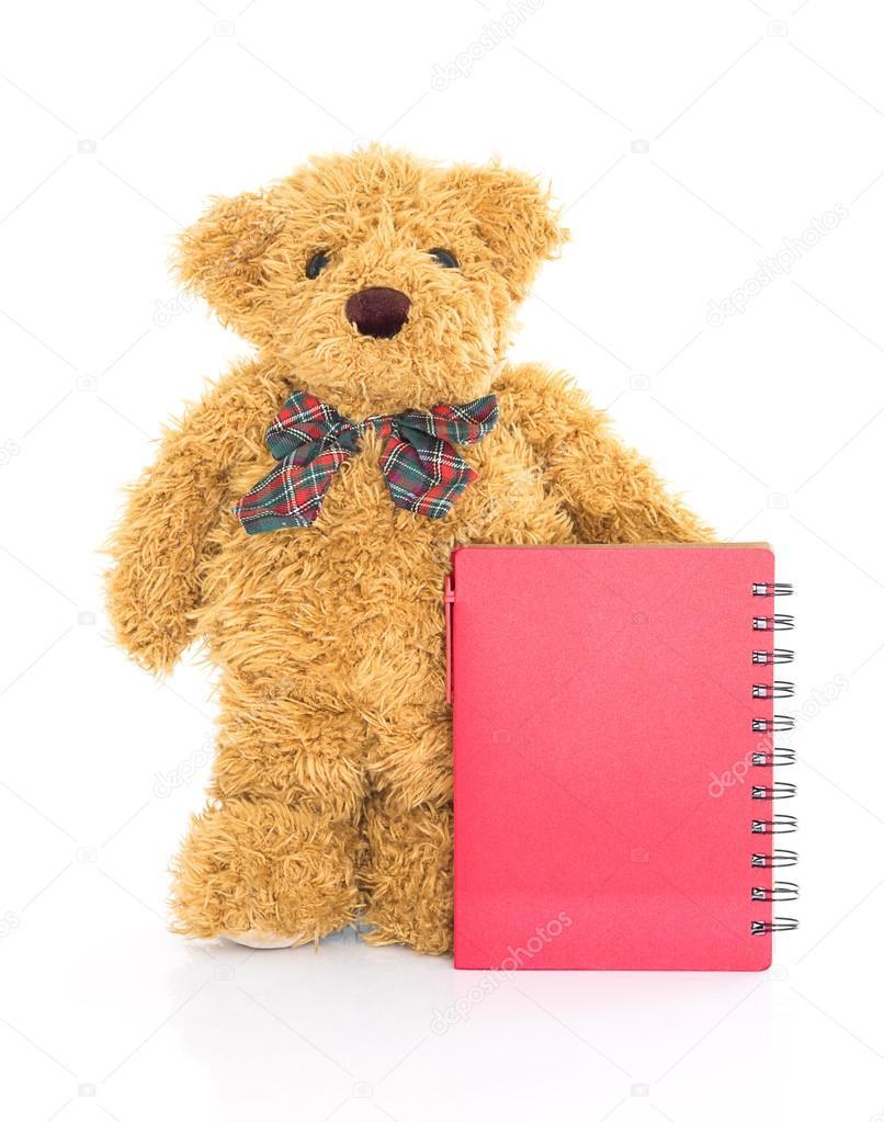 6f2f0f82b29 Teddybär mit Stift und leer rot Notebook auf weißem Hintergrund — Foto von  ...