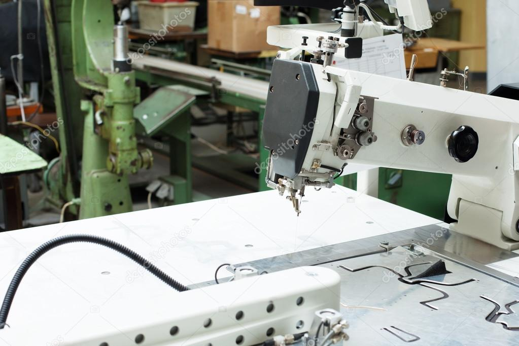 Nahaufnahme der Nähmaschine und Muster für Schuhe — Stockfoto ...