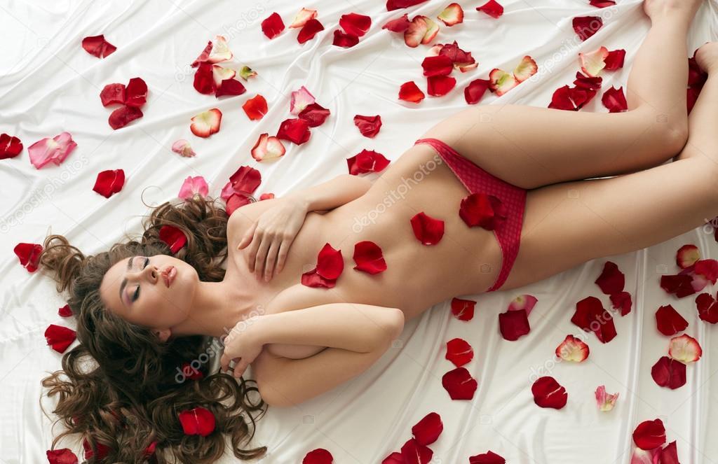Фотосессия девушки в лепестках роз