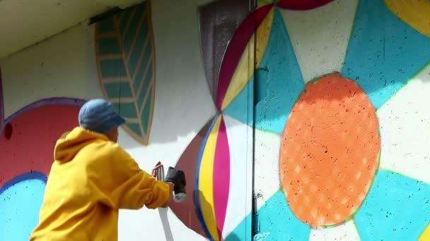 Městských umění - chlap kreslení graffiti na zdi