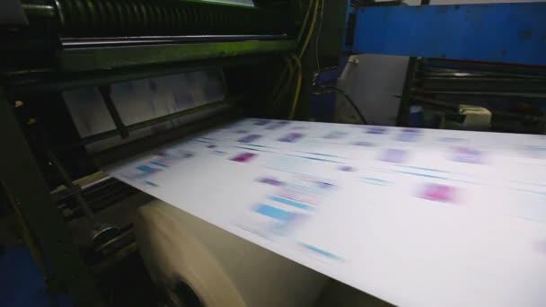 Print shop typografie stroje pracují s barvou