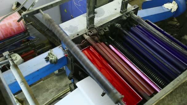Prohlédni si na tiskový stroj detail s barvou