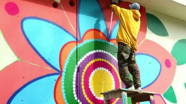 Creative art - muž malování graffiti na zdi