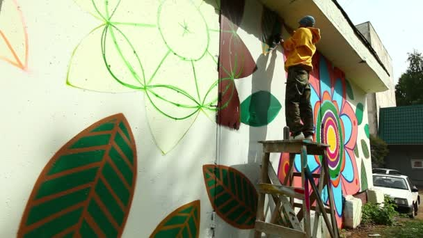 Moderní městský umění - mladý muž maluje