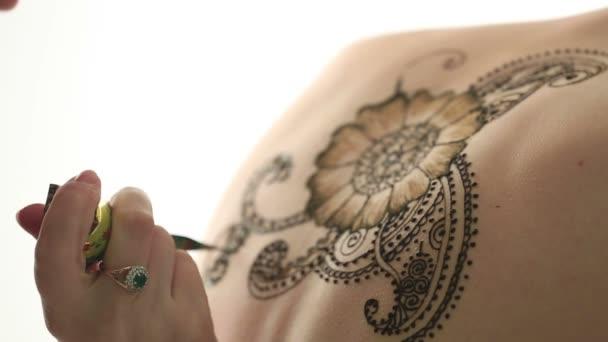 A mehandi művészek kézi rajz minta közeli képe