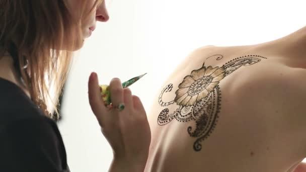 Mehndi művész, hogy minta modellek hátsó