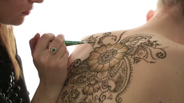 Mehndi. Mintázatok létrehozása a henna, közelkép