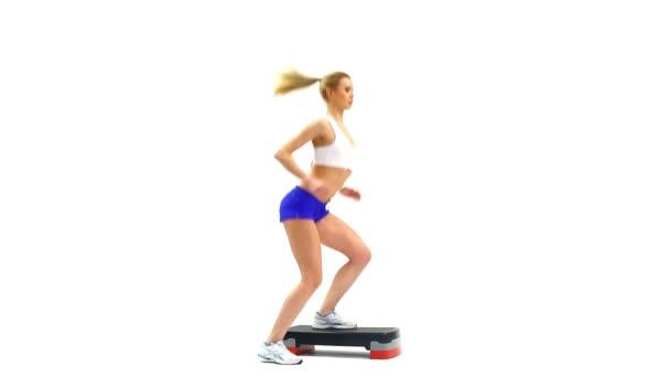 Sportovní žena provádět cvičení Aerobic krok