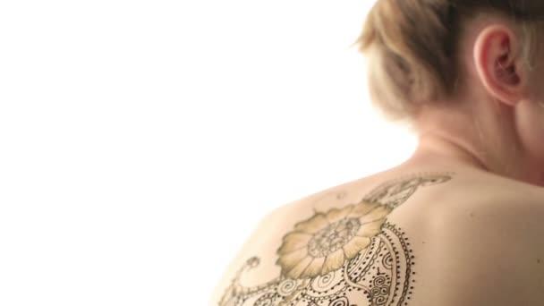 Nézd a womans vissza gyönyörű henna mintával