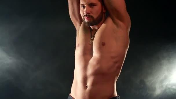 Vista del barbuto mosse sexy macho alla macchina fotografica