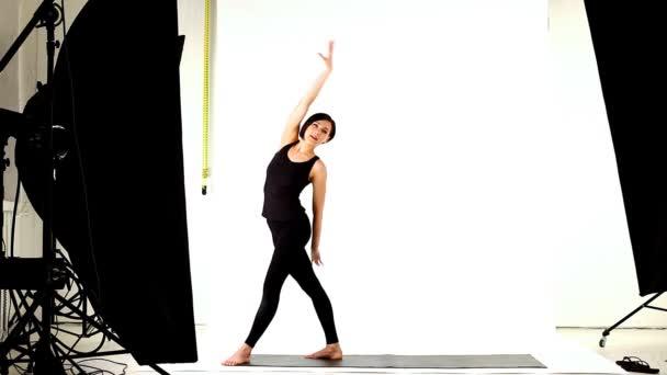 mladá žena připravit taneční Studio