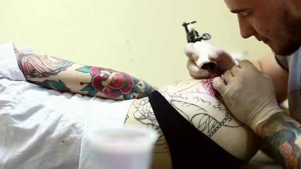 Tattoo umělec vytvoří návrh na Zenske hip