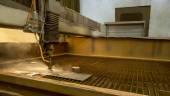 Obrábění kovů. Stroj pro řezání vodním paprskem