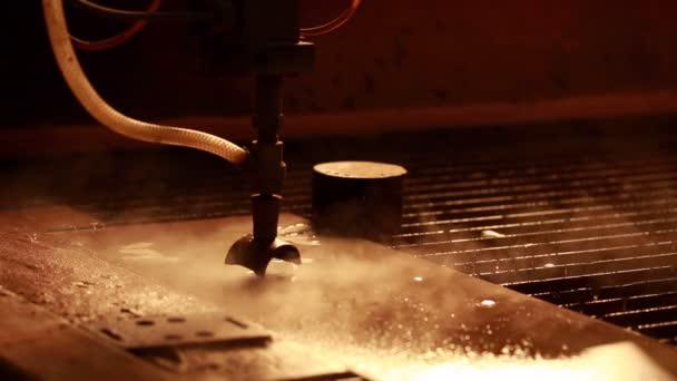 Pohled na běh stroj pro řezání vodním paprskem, řezání kovů