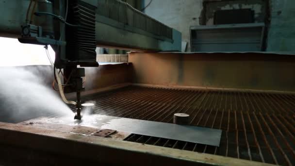 Dílna řezání vodním paprskem. Pohled na spuštění stroje