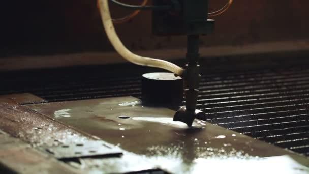 Metalové řezání vodním paprskem. Detail stroje