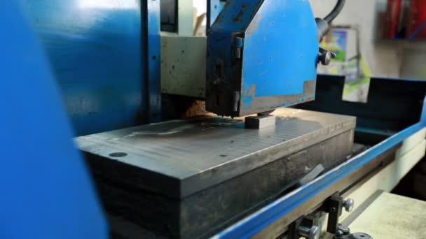 Pohled na leštící stroj běží na workshop