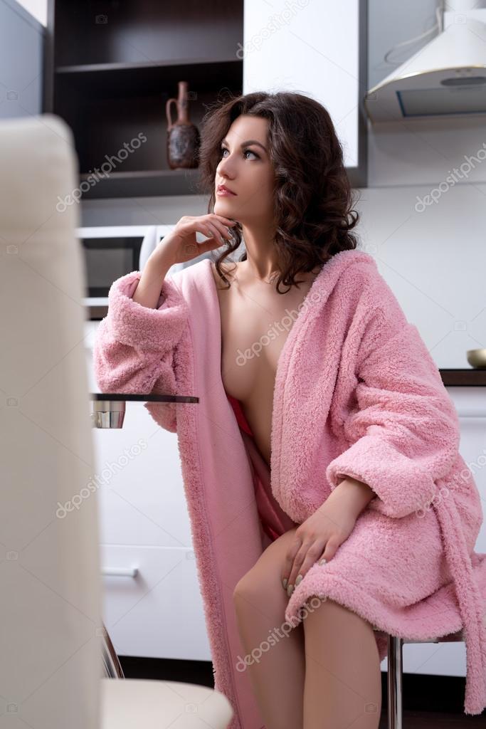 на кухне под халатом видео элегантны, щеголеваты