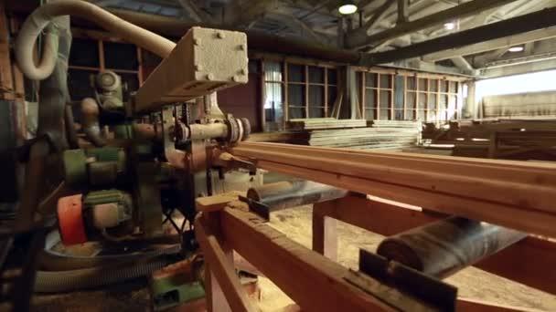 Dřevoobráběcí stroje pro tahání tvarované dřevo