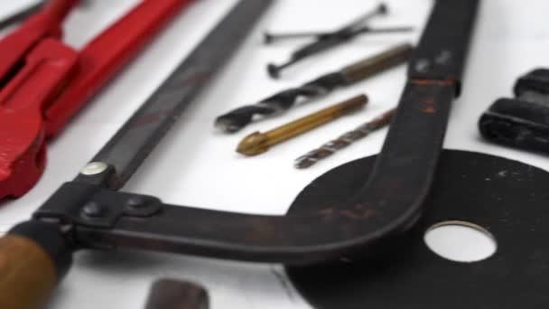nástroje na dřevěný stůl