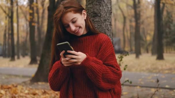Tini lány csevegés online a parkban